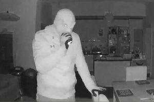 Tên trộm khoắng đồ trong nhà, nhìn chằm chằm vào camera an ninh