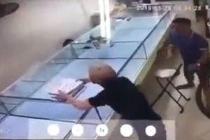 Hà Nội: Khống chế nam thanh niên ôm khay đựng nhẫn vàng định chuồn