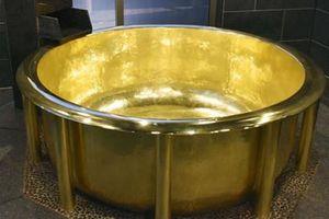 Bồn tắm bằng vàng 18 carat nặng nhất thế giới phục vụ du khách ở Nhật Bản
