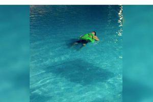 Người đàn ông nằm ngủ trên mặt nước hồ bơi suốt 7 tiếng