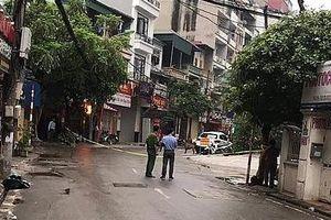 Hà Nội: Công an phong tỏa một đoạn phố Hoàng Ngân để bắt 3 con chó dữ thả rông