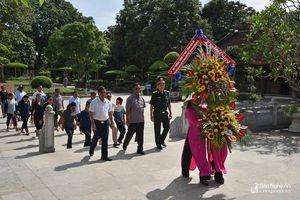 Tổng tham mưu trưởng Quân đội nhân dân Lào dâng hoa tại Khu di tích Kim Liên