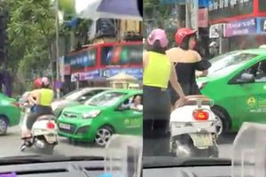 Đỗ xe sai luật khi dừng đèn đỏ còn chửi tài xế taxi, người phụ nữ bị CSGT Hà Nội xử phạt