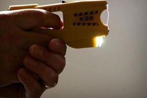Nhật Bản bắt giữ ông bố dùng súng điện phạt con