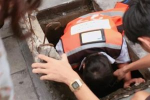 Nữ tài xế Thái Lan chui xuống cống tìm đồng hồ 3 triệu cho cô gái Việt