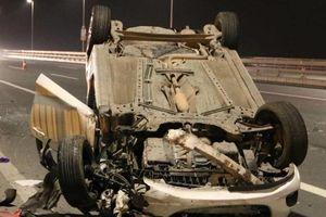 Mazda lật ngửa trên cầu Nhật Tân, nữ tài xế nguy kịch