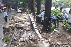 Phá dỡ bức tường nghiêng tại phường Mai Dịch