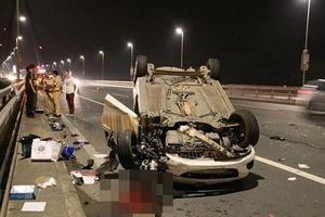 Tai nạn giao thông kinh hoàng trên cầu Nhật Tân, ô tô Mazda lật ngửa, tài xế nguy kịch