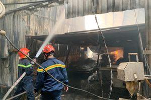 Công ty gỗ bốc cháy dữ dội, người dân nháo nhào di tản đồ đạc
