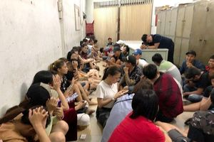 Hàng chục nam nữ phê ma túy lắc lư trong vũ trường ở Sài Gòn