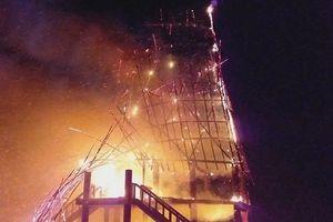Kon Tum: Nhà rông truyền thống cháy rụi hoàn toàn sau khi bị sét đánh