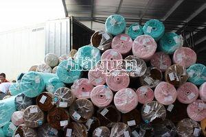 Cận cảnh container 45 feet chứa vải nguyên liệu 'đội lốt' hàng phế phẩm