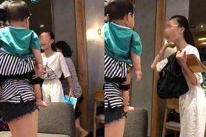 Cầm túi Gucci của người khác ở TP.HCM, cô gái cãi 'Em chỉ lượm lên' nhận trái đắng