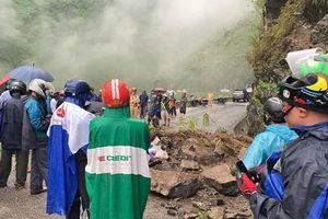 Sạt lở đất ở đèo Mã Pí Lèng khiến 2 người nhập viện