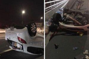 Ô tô Mazda lật ngửa sau khi tông vào đuôi xe bồn trên cầu Nhật Tân, nữ tài xế nguy kịch