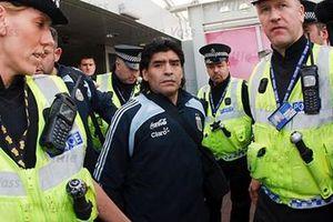 Maradona lại bị bắt giữ vì nợ… tình phí