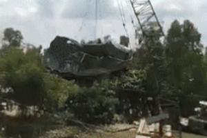 Cần cẩu gãy đôi khi trục vớt chiếc xe tải trong vụ sập cầu Tân Nghĩa