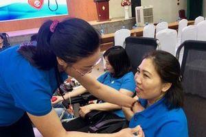 Cán bộ y tế tham gia hiến máu cứu người