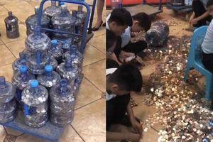 Clip: Người đàn ông mang 20 thùng tiền xu đi đặt cọc tiền nhà