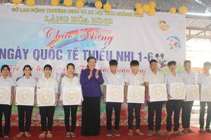 Đồng chí Tòng Thị Phóng thăm trẻ em ở Làng Hòa Bình, Quảng Nam