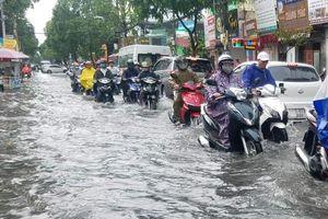 TP.HCM: Mưa lớn sau 30 phút, nhiều tuyến đường bỗng hóa thành sông