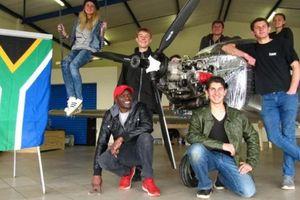 Các phi công tuổi teen tự lắp máy bay cho hành trình xuyên 9 nước
