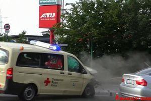 Xe cứu thương Mercedes-Benz bị sedan BMW đâm vỡ đầu