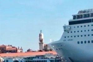 Tàu du lịch khổng lồ mất lái, tông vào bến tàu Venice