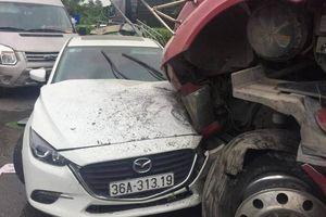 Xe container lao qua dải phân cách, đâm loạt ô tô ở Thanh Hóa