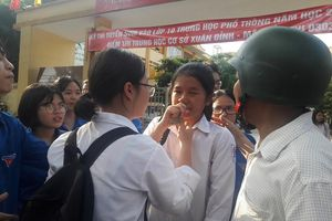 Hà Nội: Nhiều thí sinh khóc vì không làm được bài thi môn Toán