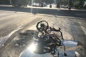 Hà Nội: Nắng nóng, xe máy bỗng bốc cháy dữ dội khi đang lưu thông trên đường