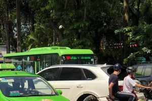 Taxi 'nhọ nhất năm' tông gãy bánh siêu xe Bentley hàng chục tỷ