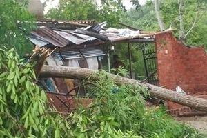 Lốc xoáy càn quét, hàng chục nhà đổ sập, tốc mái