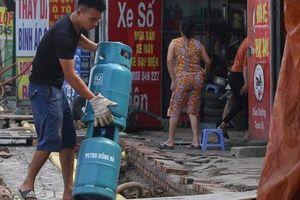 Hà Nội: Người dân bắc cầu vào nhà trên đường Phạm Văn Đồng