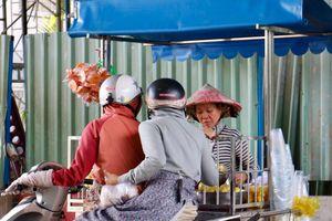 Người Sài Gòn 'ghiền' món ổi luộc lạ miệng và hũ muối hàng rong gần 30 năm