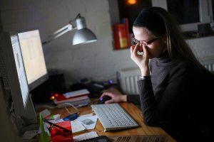 Nhiều người trẻ đột quỵ vì 'ôm' máy tính, điện thoại suốt ngày