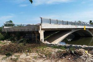 Cầu 32 tỷ đồng 'lọt' giữa sông