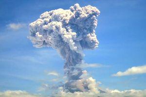 Núi lửa thức giấc, phun tro bụi cao 2.000 m ở Indonesia