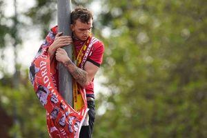 Bất chấp nguy hiểm, fan Liverpool trèo lên cột điện mừng chiến thắng Champions League