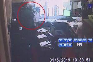 Người đàn ông cầm dao, súng vào ngân hàng cướp 500 triệu đồng trong 1 phút