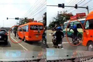 Clip côn đồ đập bể kính ô tô khách, chạy không kịp bị tài xế và phụ xe đánh nhừ tử