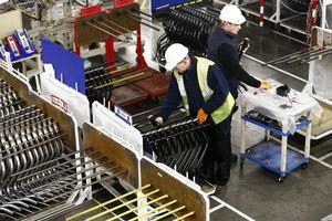 Lĩnh vực sản xuất của Anh giảm lần đầu tiên trong vòng ba năm