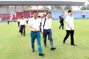 Người hâm mộ đội nắng xếp hàng mua vé trận U23 Việt Nam - U23 Myanmar