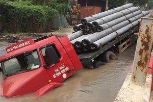 Nhiều hộ dân mất nước vì xe container lọt 'hố tử thân'
