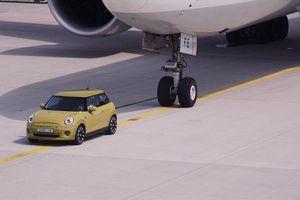 Xe chạy bằng điện sắp được bày bán có sức kéo cả máy bay Boeing?