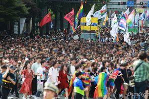 Sao Hàn làm fan ngạc nhiên khi bất ngờ xuất hiện tại Lễ hội LGBT