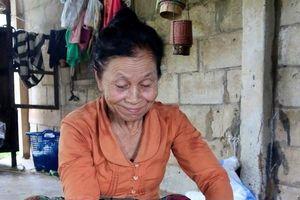 Người mẹ Lào chia đôi dòng sữa quý