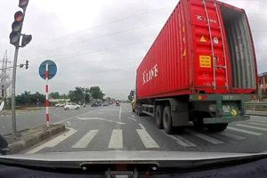 Clip: Container vượt đèn đỏ ngay giao lộ gây bức xúc