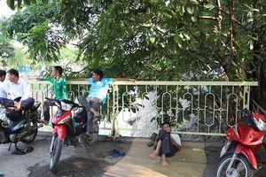 Người dân trải nệm, ghế gấp ngủ trưa tại khu vực thí điểm làm sạch sông Tô Lịch