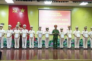 Công bố quyết định thăng cấp bậc hàm cho 220 cán bộ chiến sỹ Công an quận Long Biên